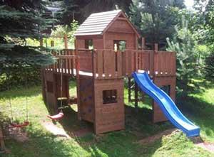 Spielhaus mit Rutsche in unserem Garten
